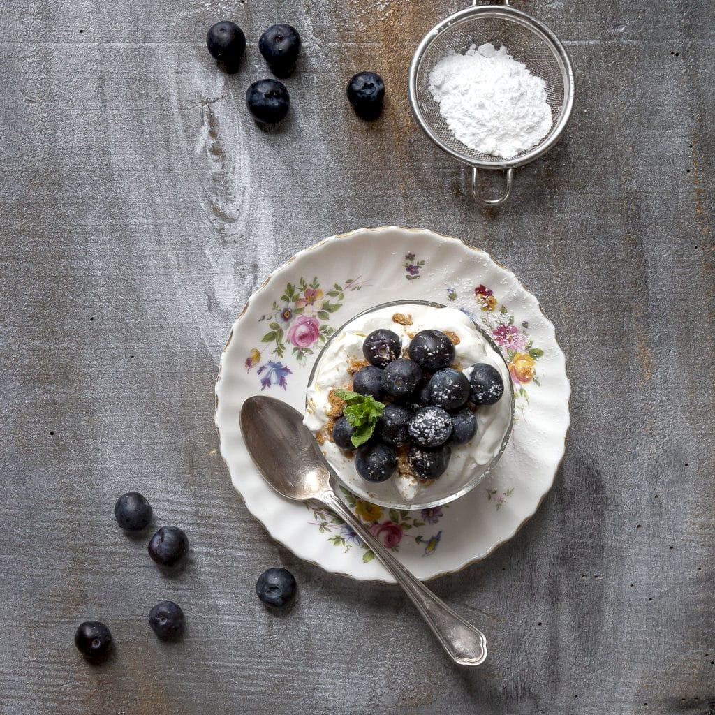 mirtilli-ricetta-fool-mirtilli-panna-alla-menta-e-biscotti-light-con-Gin-dessert-facile-veloce-leggero-contemporaneo-food