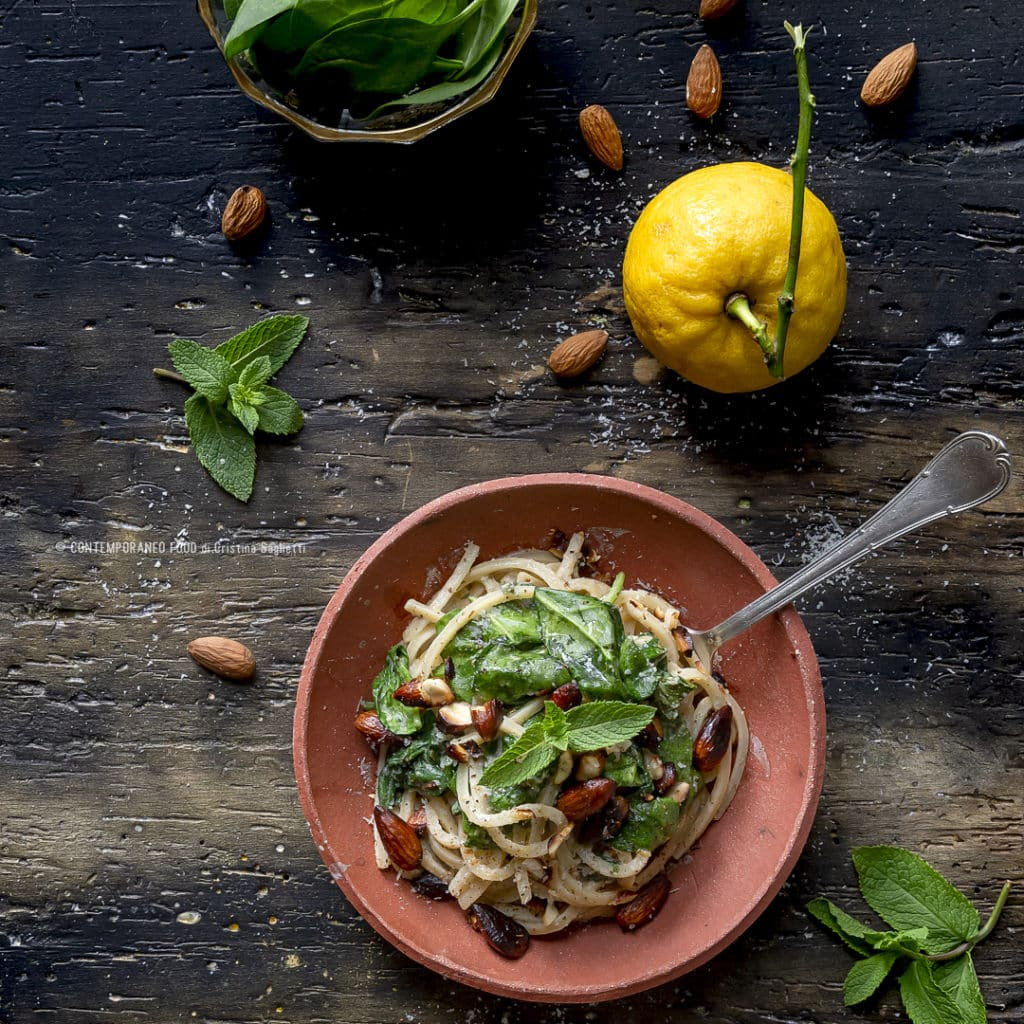 pasta-con-salsa-tahina-alla-menta-spinacino-zest-limone-mandorle-fritte-salate-ricetta-facile-vegetariana-contemporaneo-food