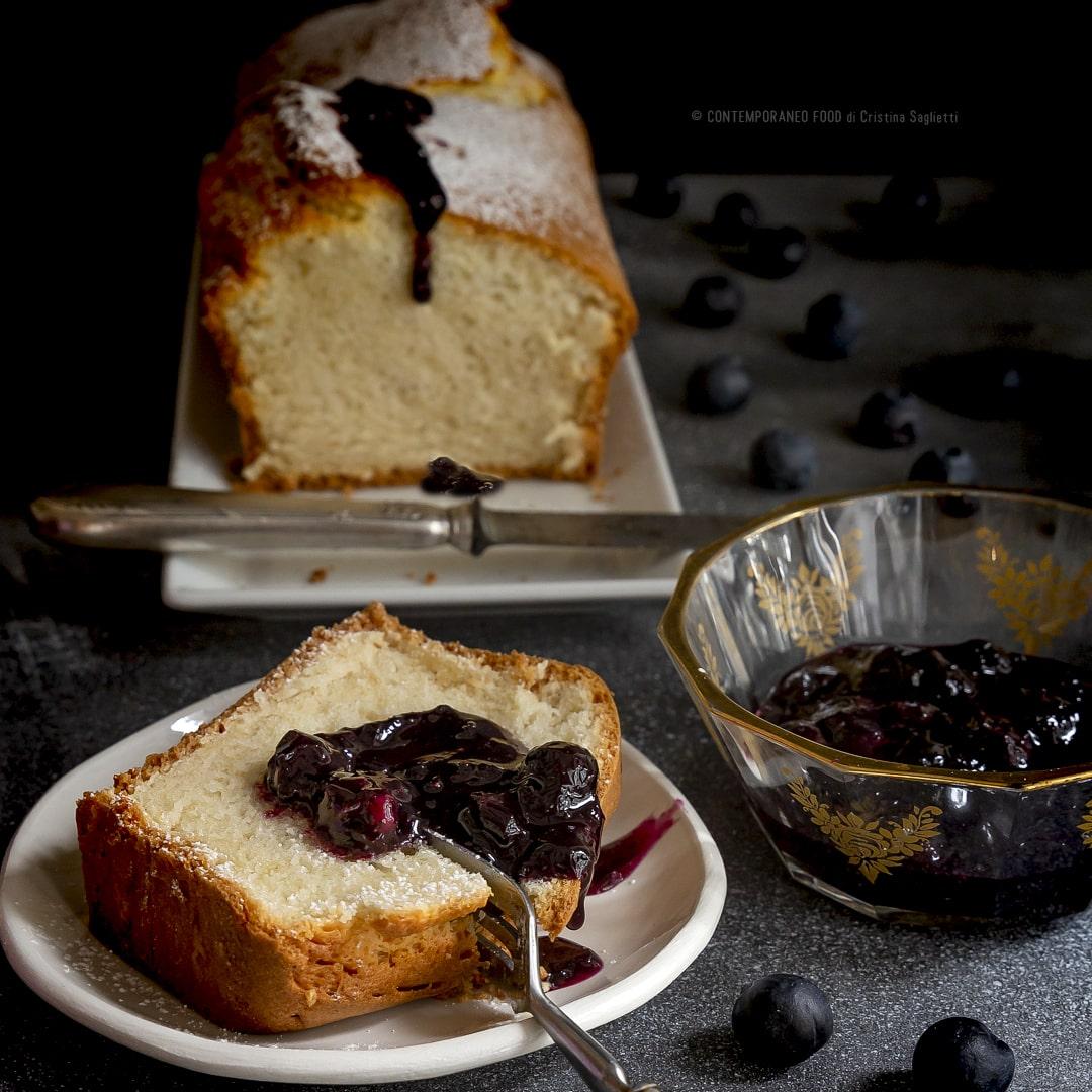 plumcake-di-albumi-al-profumo-di-mandorla-con-composta-di-mirtilli-e-sciroppo-d'acero-dolce-facile-colazione-contemporaneo-food