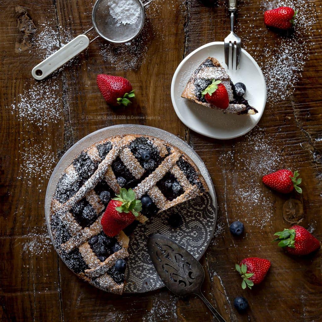 torta-di-ricotta-a-strati-con-composta-di-fragole-e-mirtilli-ricetta-facile-dolce-colazione-menrenda-contemporaneo-food