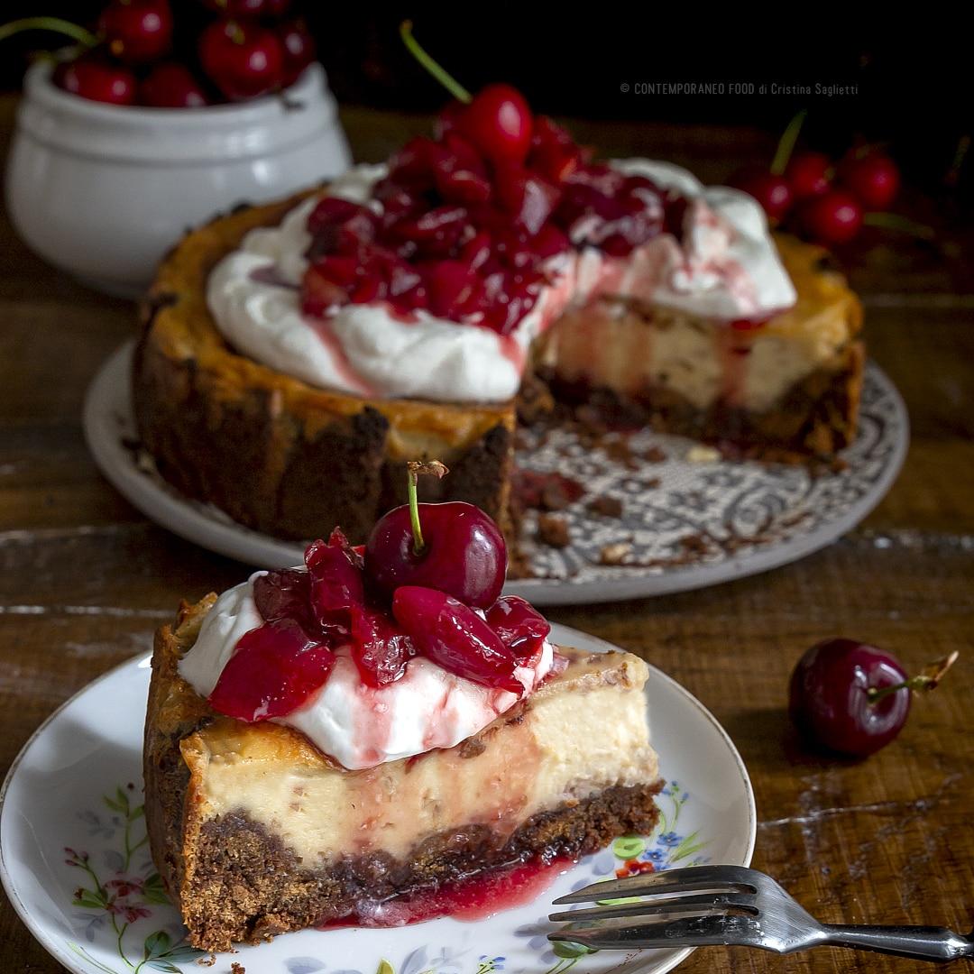 cheesecake-alle-ciliegie-biscotto-cioccolato-panna-composta-ciliegie-ricetta-facile-dessert-estate-contemporaneo-food