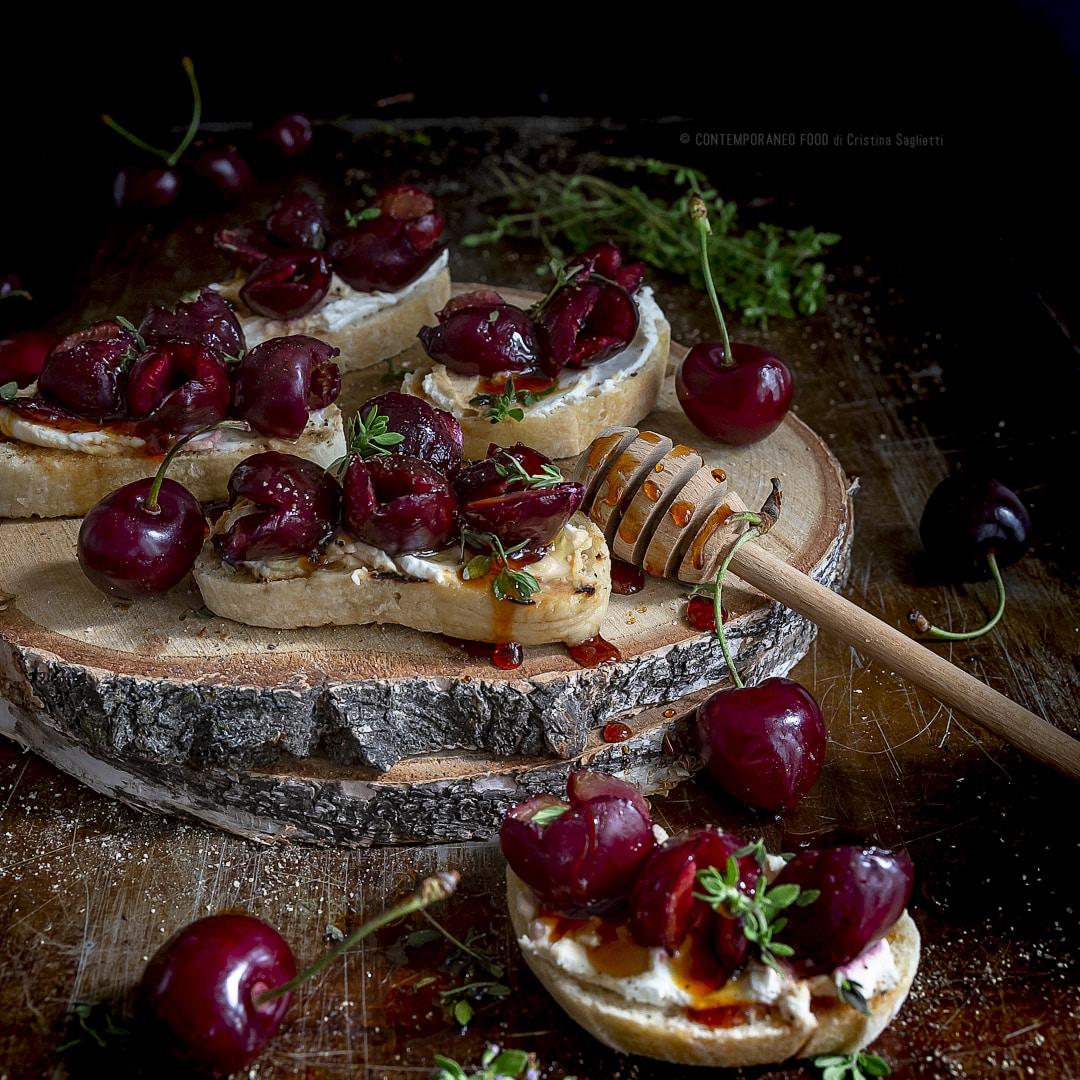 ciliegie-al-forno-al-timo-e-pepe-affumicato-con-ricotta-di-bufala-miele-ricetta-facile-crostini-brunch-merenda-contemporaneo-food