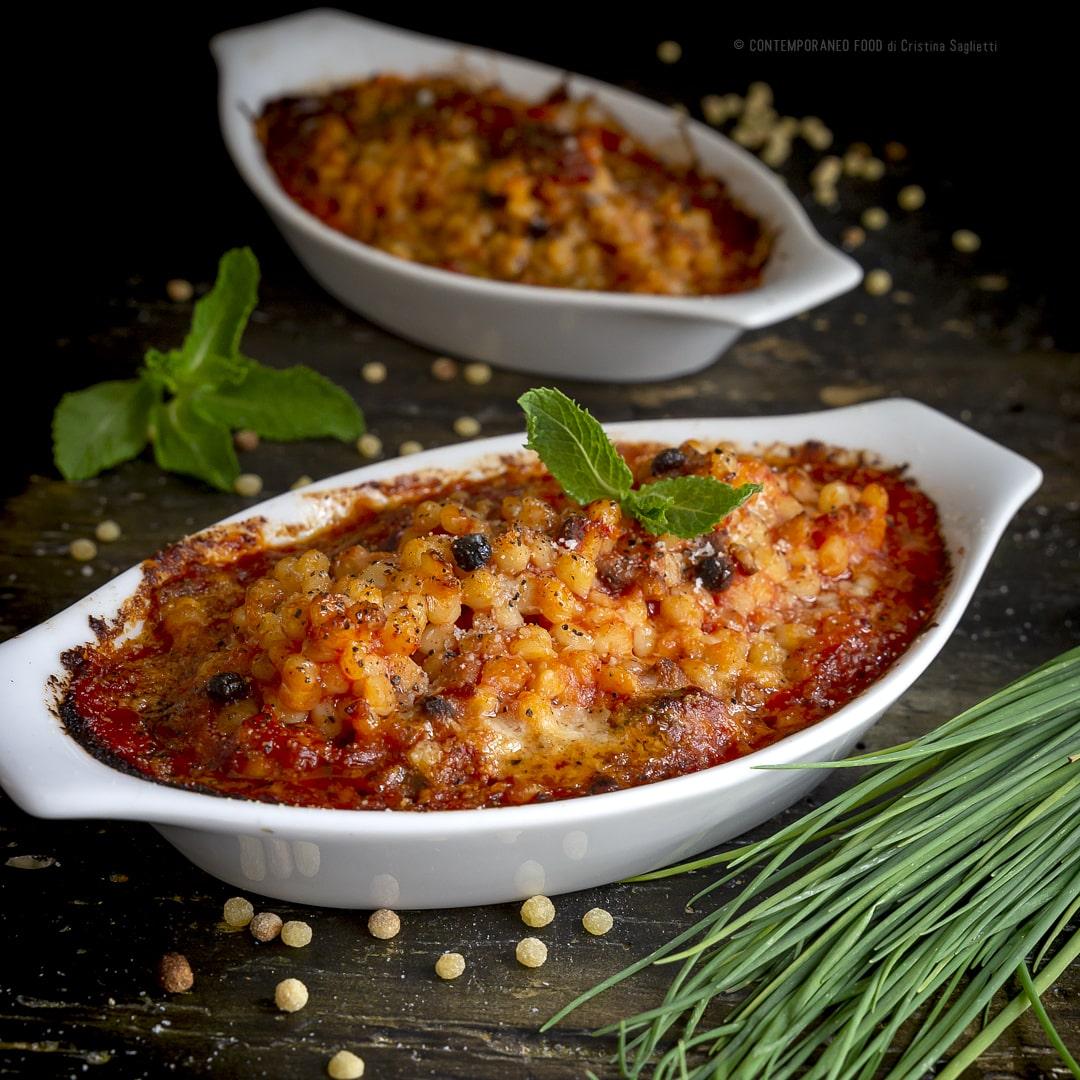fregola-con-salsa-di pomodoro-menta-erba-cipollina-gratinata-al-forno-ricetta-facile-primo-piatto-vegetariano-contemporaneo-food