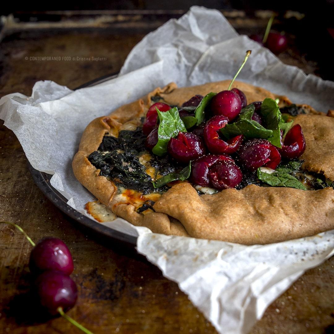 galette-salata-alla-farina-di-farro-con-gorgonzola-spinaci-insalata-di-ciliegie-e-spinaci-piatto-unico-vegetariano-contemporaneo-food