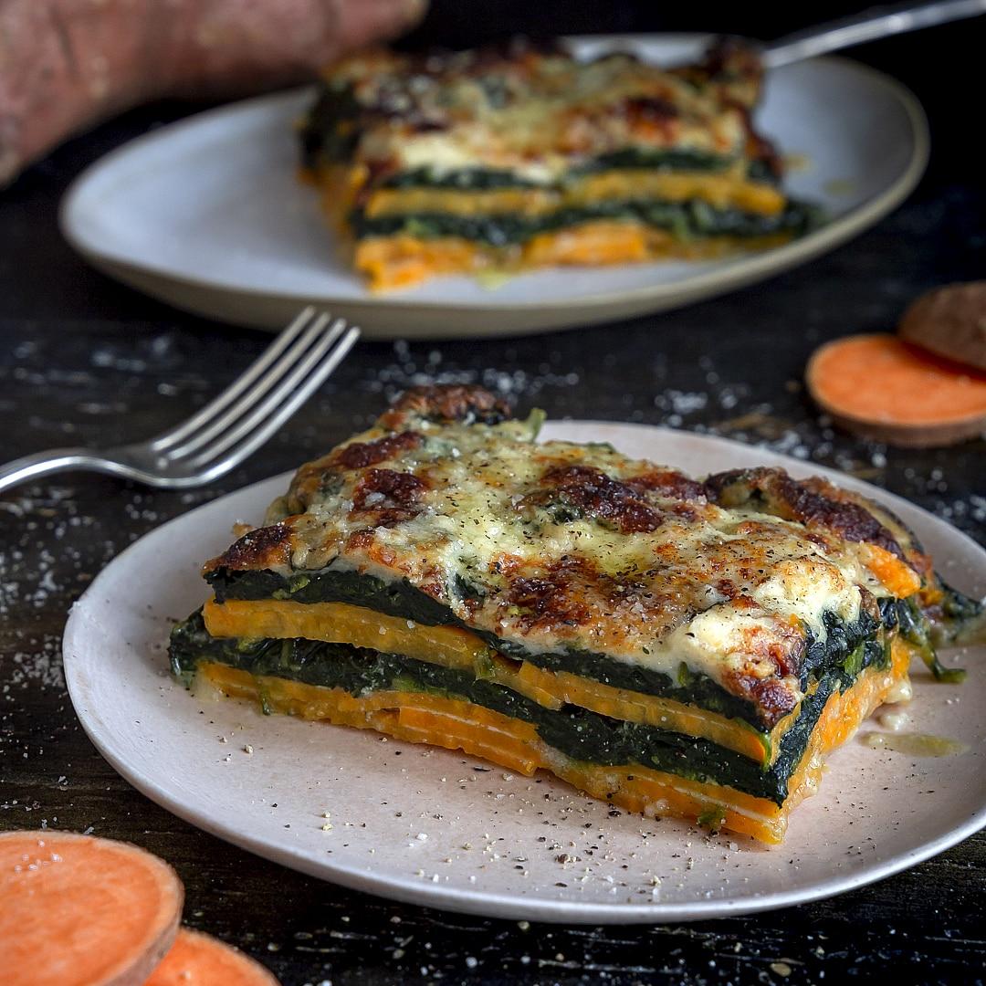 lasagne-di-patate-dolci-spinaci-besciamella-speziata-ricetta-vegetariana-primo-piatto-facile-contemporaneo-food