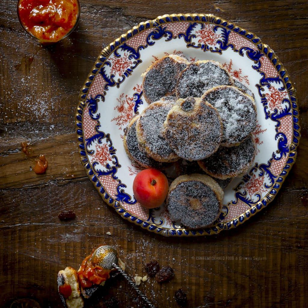 welsh-cakes-biscotti-morbidi-gallesi-con-composta-di-albicocche-merenda-colazione-contemporaneo-food