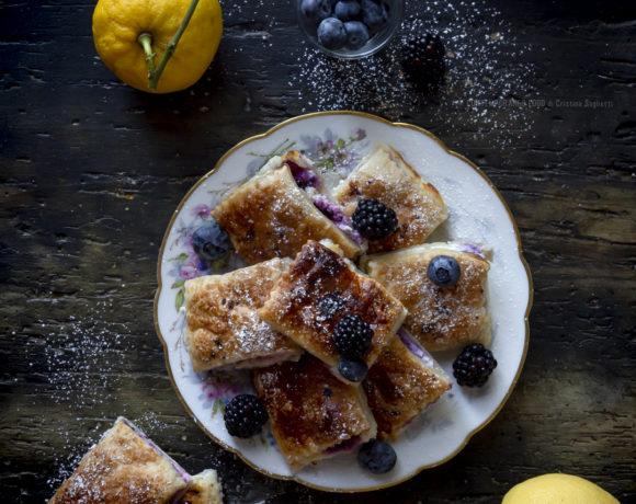 sfoglie-con crema-di-ricotta-e-mascarpone-al-limone-con-mirtilli-e-more-ricetta-facile-dolce-estivo-contemporaneo-food