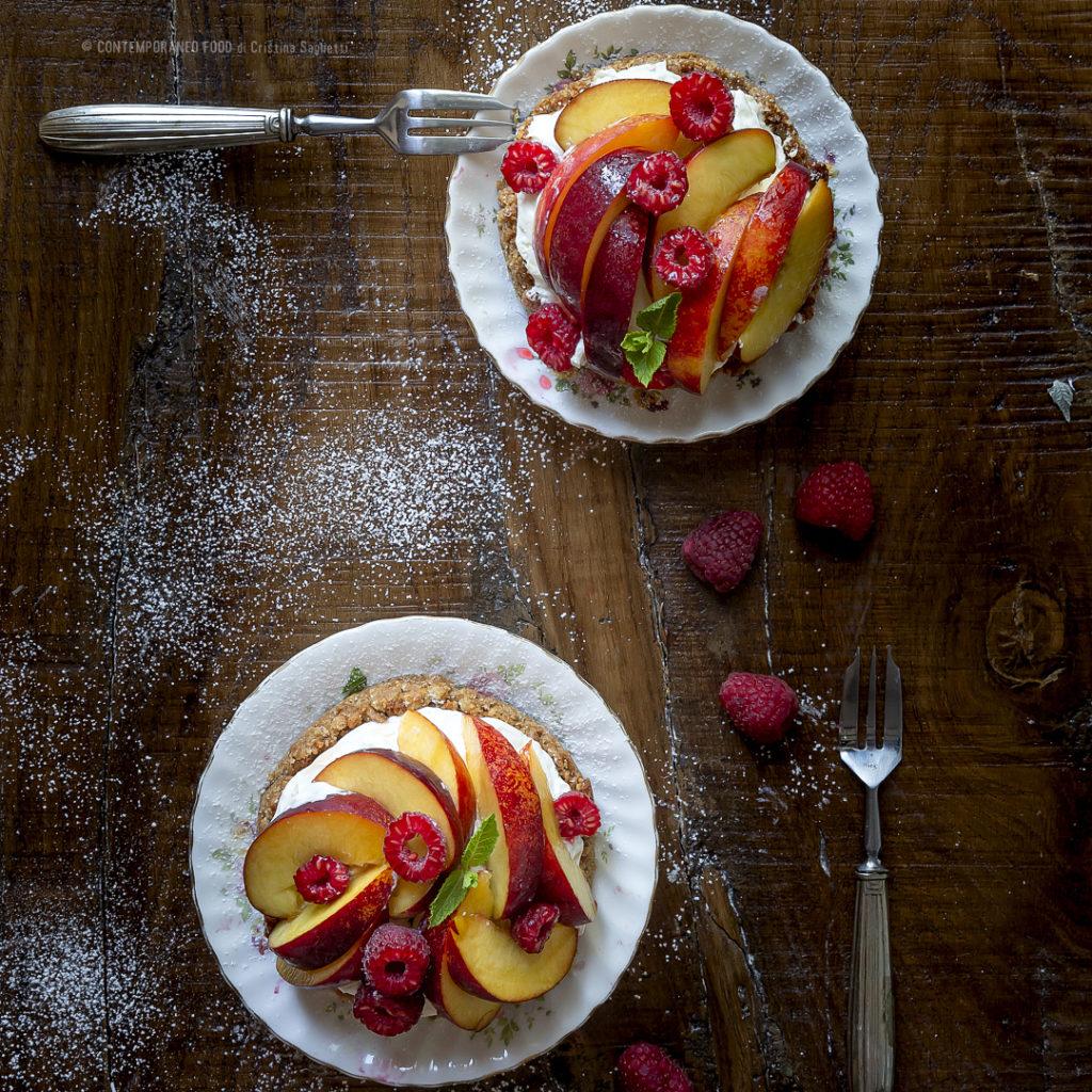 torta-veloce-con-chantilly-al-mascarpone-e-pesche-lamponi-al-profumo-di-lime-dolce-con-la-frutta-contemporaneo-food