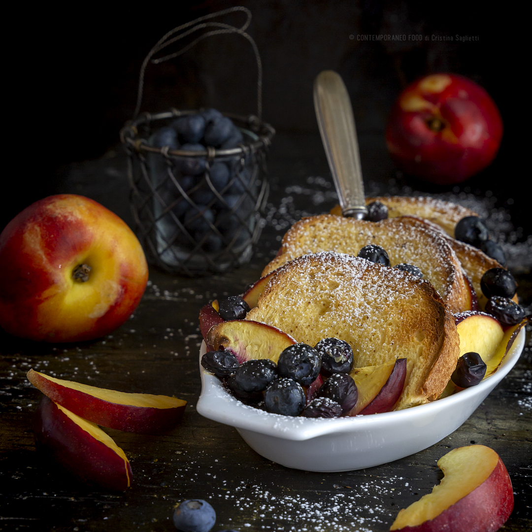 brioche-french-toast-con-pesche-e-mirtilli-al-profumo-di-vaniglia-colazione-dolce-merenda-contemporaneo-food