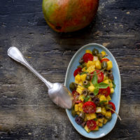 insalata-mango-pachino-fiori-di-cappero-ricetta-facile-estiva-vegetariana-contemporaneo-food