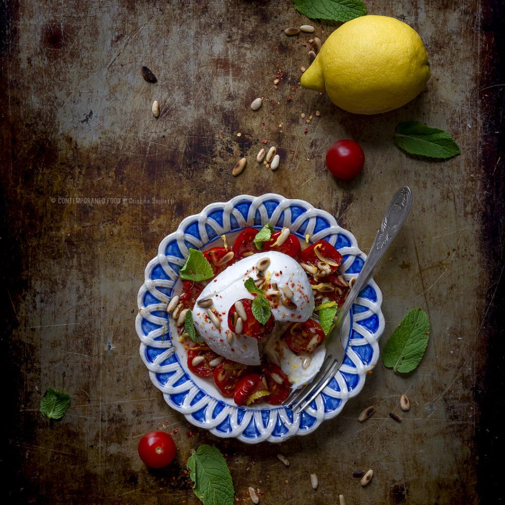 mozzarella-di-bufala-con-pinoli-pachino-arrosto-limone-ricetta-estiva-vegetariana-facile-veloce-contemporaneo-food