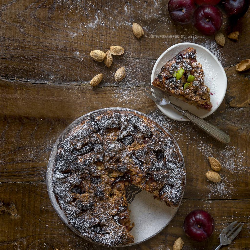 torta-morbida-alle-prugne-ricotta-lime-con-crumble-di-mandorle-1b-contemporaneo-food