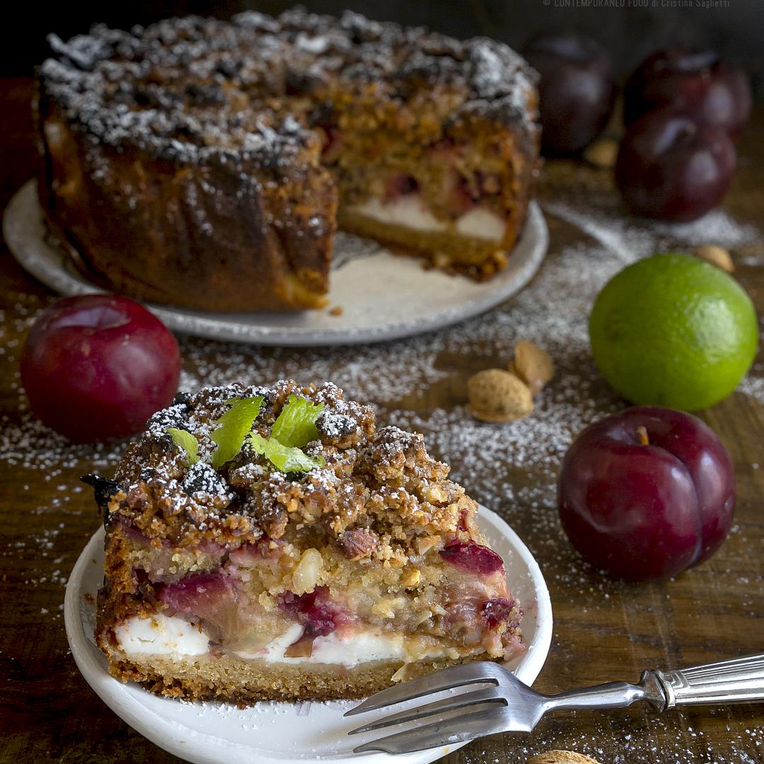 torta-morbida-alle-prugne-ricotta-lime-con-crumble-di-mandorle-dolce-con-la-frutta-contemporaneo-food