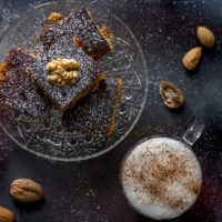 blondies-biscotti-miele-noci-con-cocktail-caldo-karkadé-latte-alla-mandorla-cocktail-contemporaneo-food
