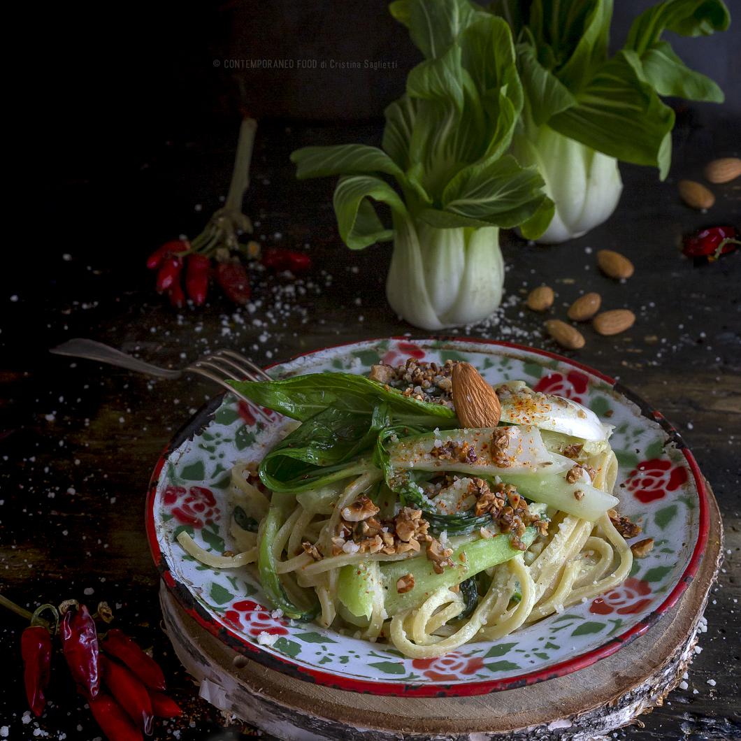 spaghetti-con pak-choi-ricotta-mandorle-fritte-primo-piatto-vegetariano-facile-veloce-contemporaneo-food