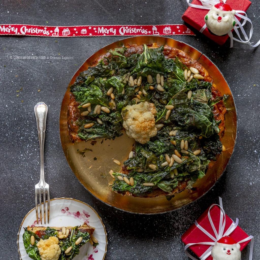 torta-di-cavolfiore-arrosto-con-cavolo-kale-e-pinoli-croccanti-al-miele-speziato-ricetta-antipasto-natale-vegetariano-facile-contemporaneo-food