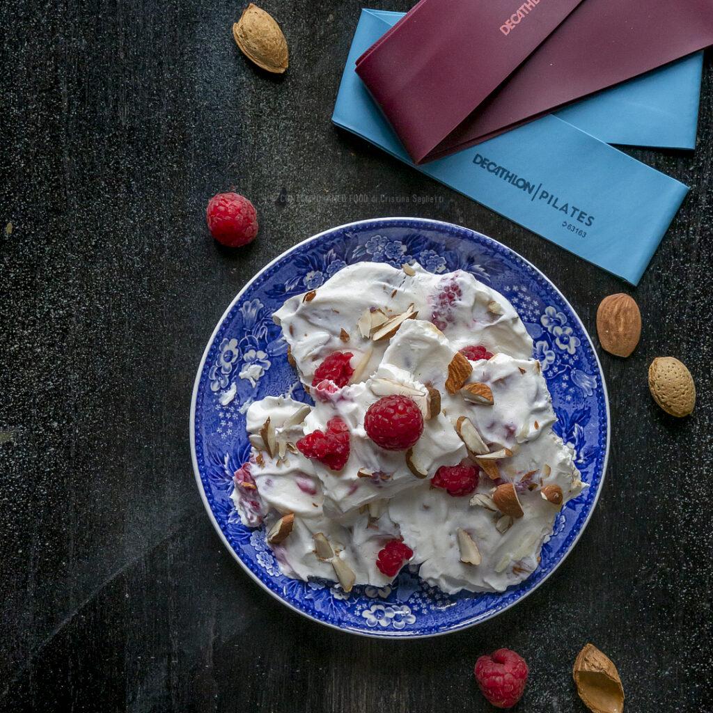 yogurt-greco-gelato-mandorle-lamponi-snack-spuntino-pre-allenamento-light-sano-contemporaneo-food