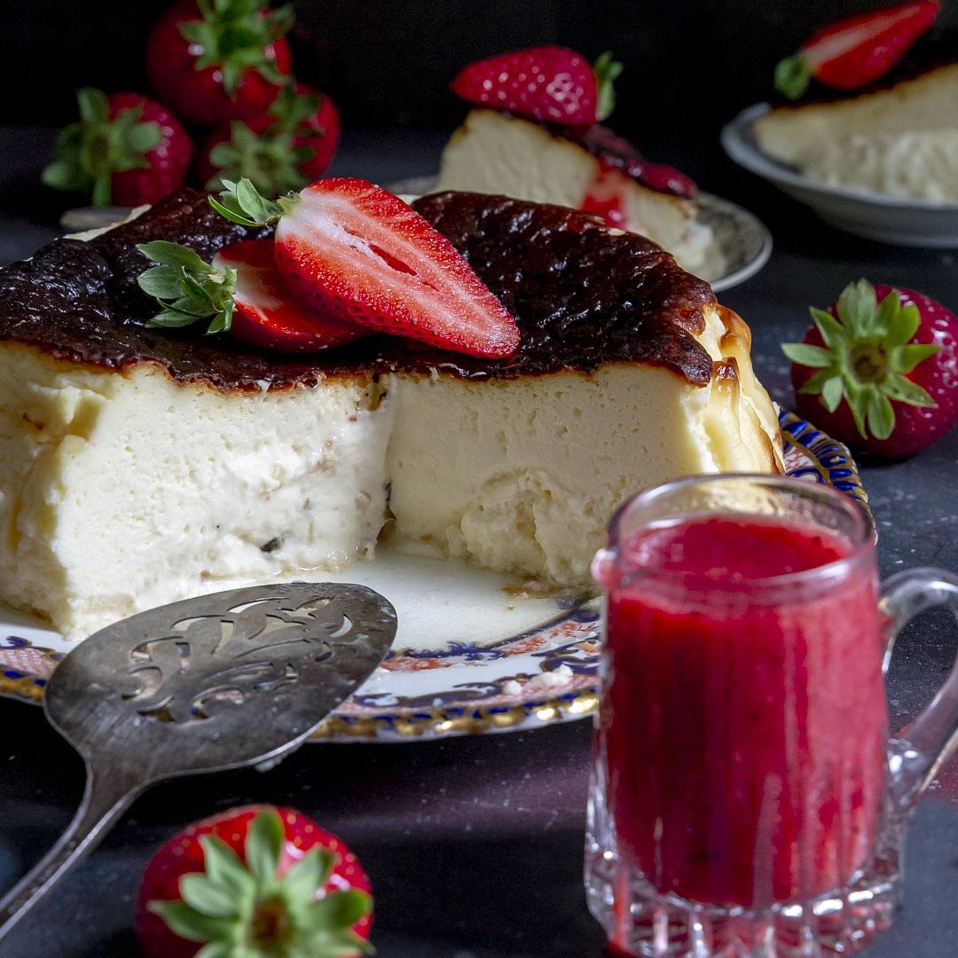 cheesecake-basque-con-fragole-dolce-facile-goloso-contemporaneo-food