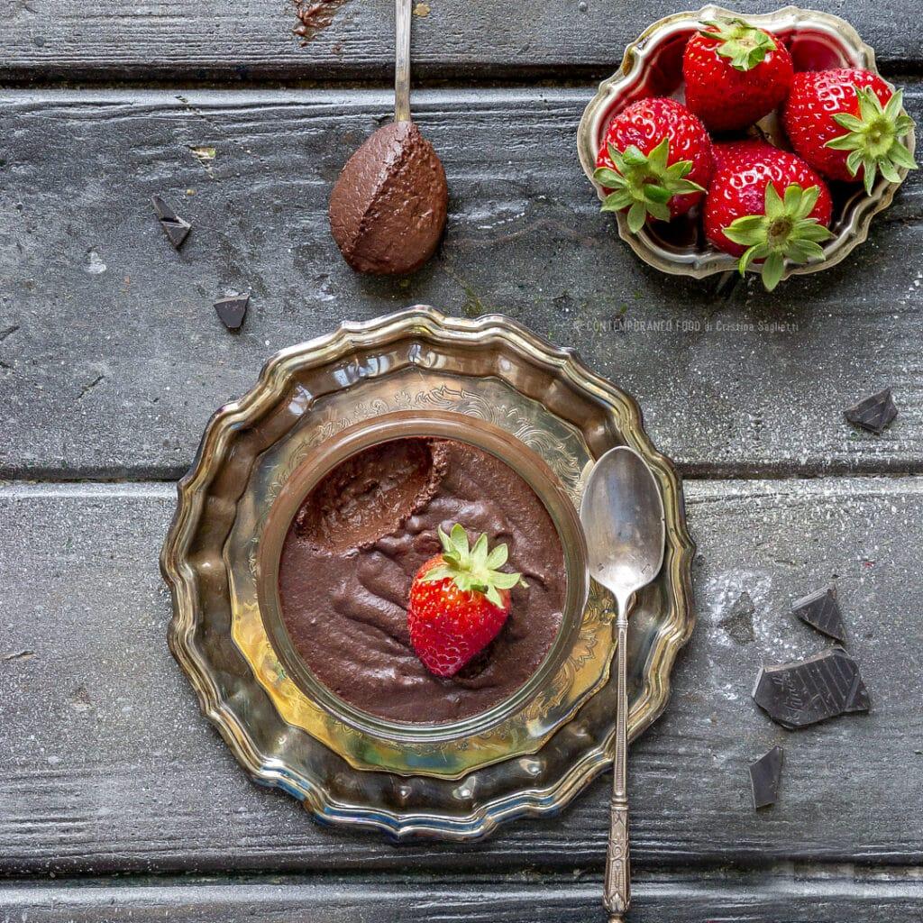 mousse-cioccolato-fondente-solo-acqua-eritriolo-ricetta-fit-spuntino-pre-allenamento-senza-zucchero-senza-uova-senza-latticini-contemporaneo-food
