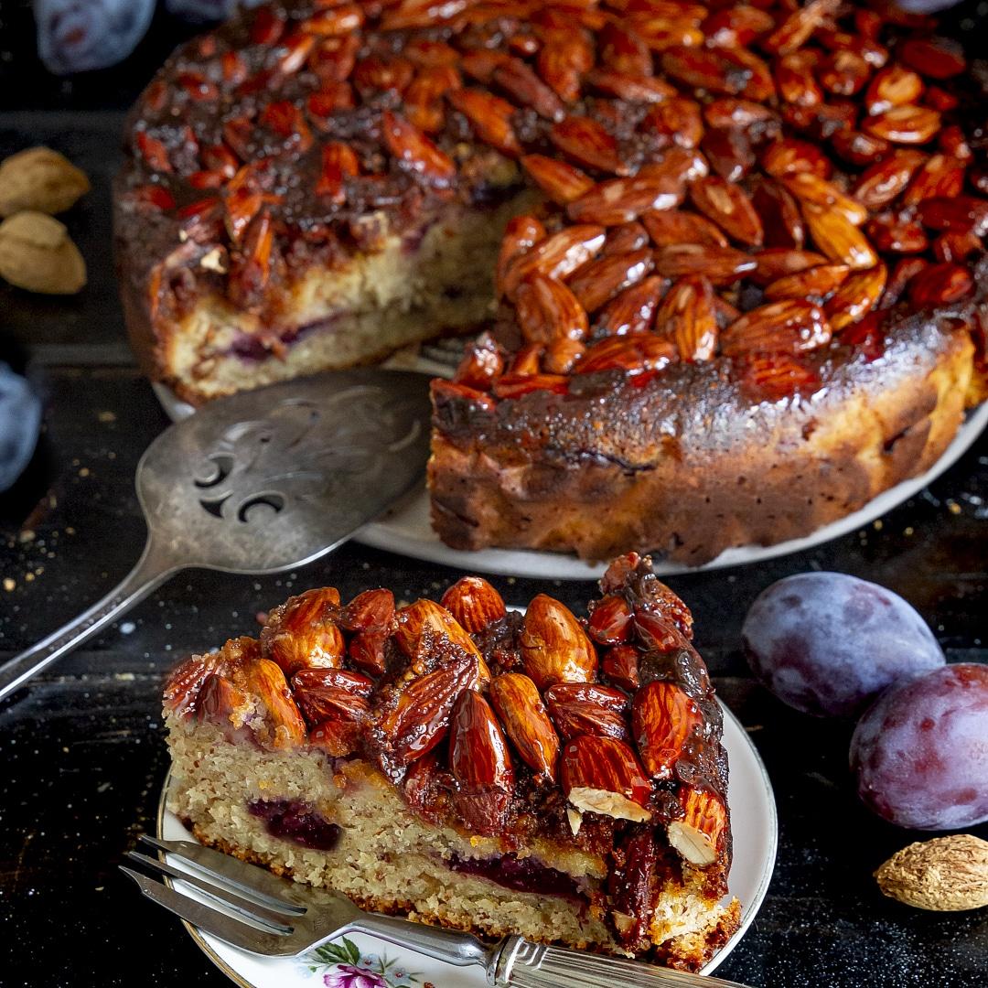 torta-di-mandorle-yogurt-greco-e-prugne-con-croccante-dolce-merenda-facile-contemporaneo-food