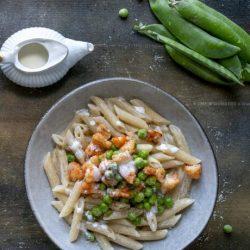 pasta-crema-di-parmigiano-piselli-gamberi-spadellati-primo-piatto-di-pesce-facile-leggero-contemporaneo-food