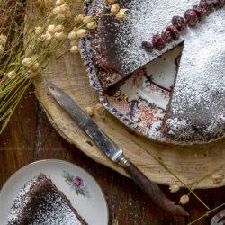 torta-morbida-cioccolato-mascarpone-mirtilli-rossi-dolce-facile-merenda-contemporaneo-food