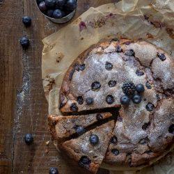 torta-more-e-mirtilli-con-tahina-cardamomo-dolce-facile-merenda-colazione-contemporaneo-food