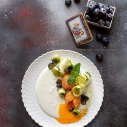 tuorlo-fritto-su-crema-di-feta-insalata-zucchine-mirtilli-menta-antipasto-leggero-vegetariano-contemporaneo-food